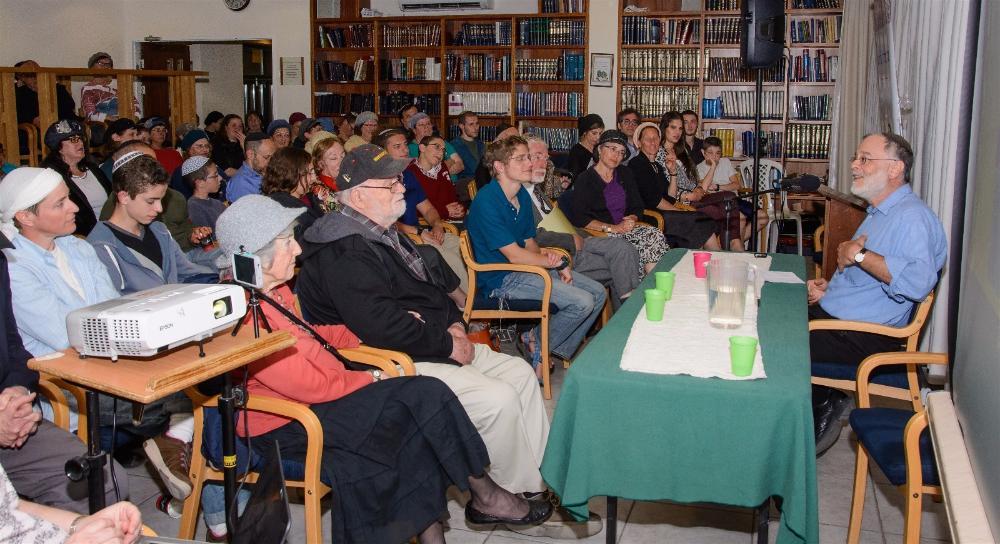 Crowd listening to Rav Hefter-opt